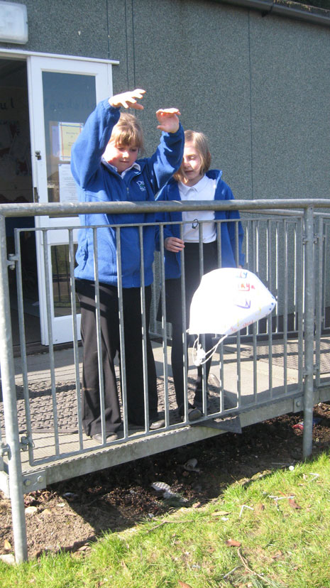Pupils at The Park School have had a science workshop with Adam Nieman, learning about aerodynamic forces. Here are some pictures of them experimenting with parachutes, balloons and model aeroplanes in the playground.